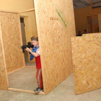 Юный игрок в лазертаг за укрытием
