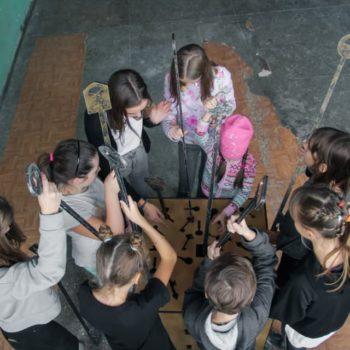 Дети решают головоломку