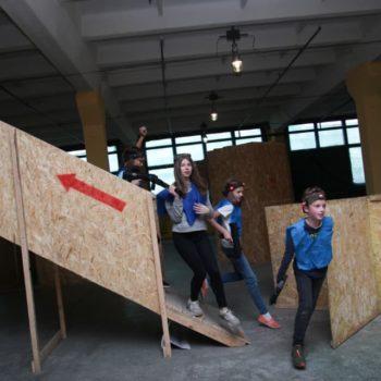 Дети за укрытием на площадке